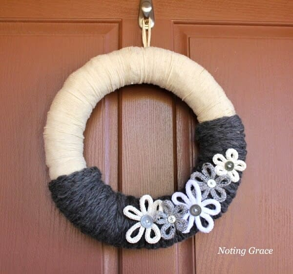 Easy Knit Winter Wreath: Look at this cute winter wreath idea you can make in an afternoon!