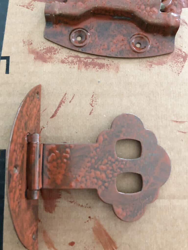 primer of rust coated hinges